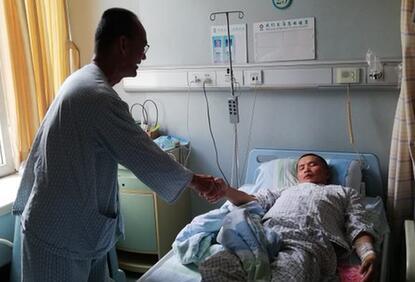 马来西亚肠癌患者奔赴广州求医 还给中国病友送救命红包