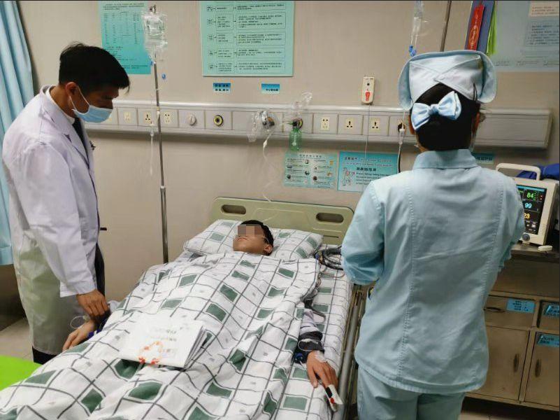 12岁男孩食物中毒感染性休克,复大医生全力抢救转危为安!年末聚餐,你应该这样吃……